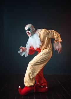 Verrückter blutiger clown schleicht und zeigt das leise zeichen