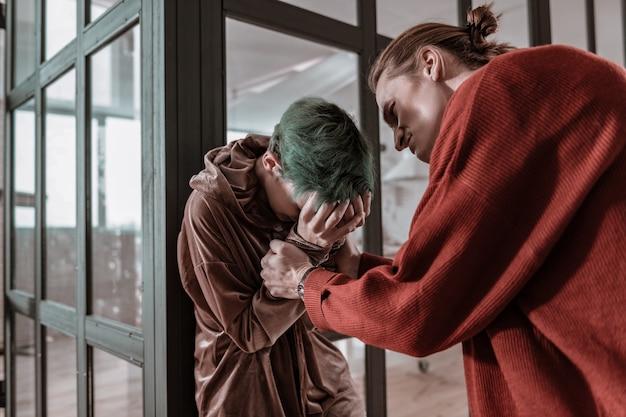 Verrückter freund. junge freundin weint, während sie einem verrückten nervösen freund zuhört, der sie schlägt