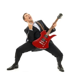 Verrückter geschäftsmann mit roter gitarre über weiß