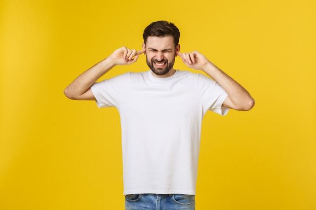 Verrückter junger bärtiger mann im blauen hemd, das lokal auf gelbem orange im studio-menschenlebensstilkonzept aufwirft