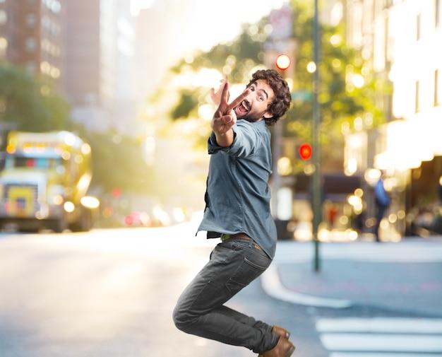 Verrückter junger mann springt. glücklichen ausdruck