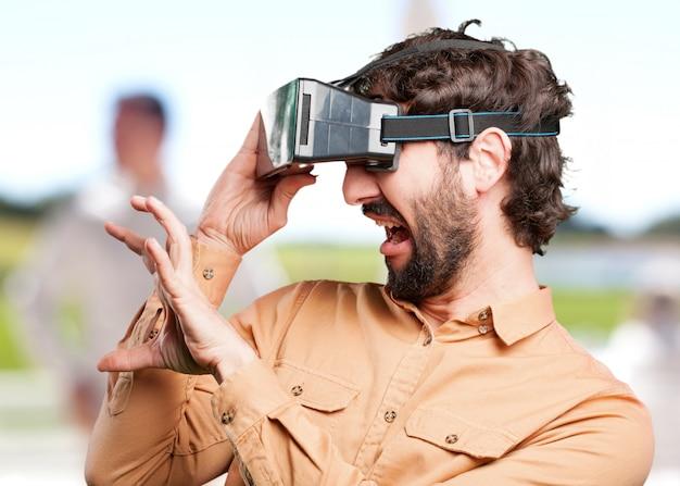 Verrückter mann mit virtuellen glasses.funny ausdruck