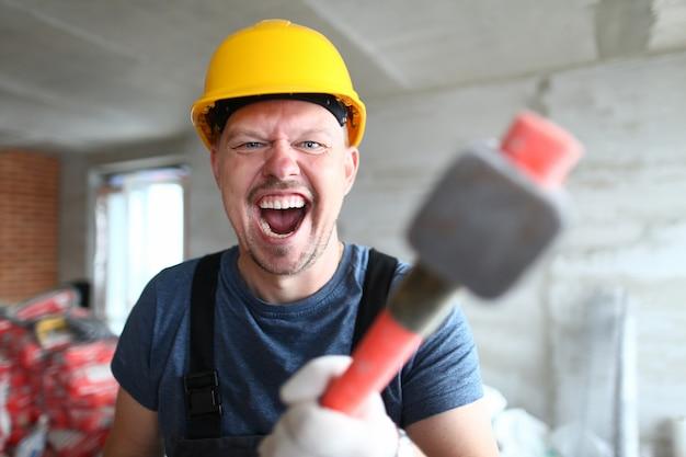 Verrückter mann mit vorschlaghammer