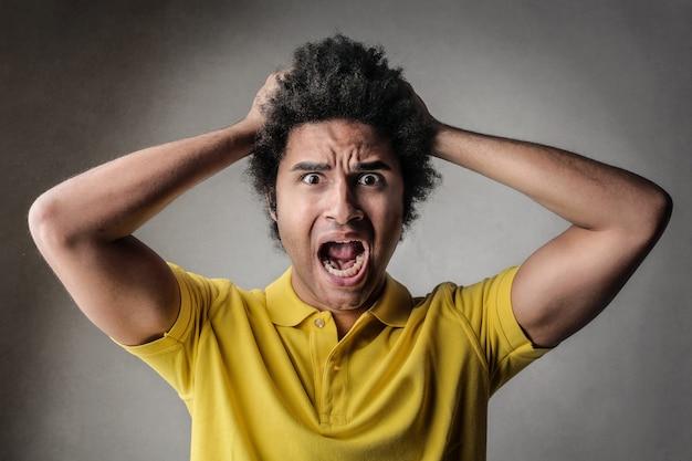 Verrückter schockierter mann, der schreit