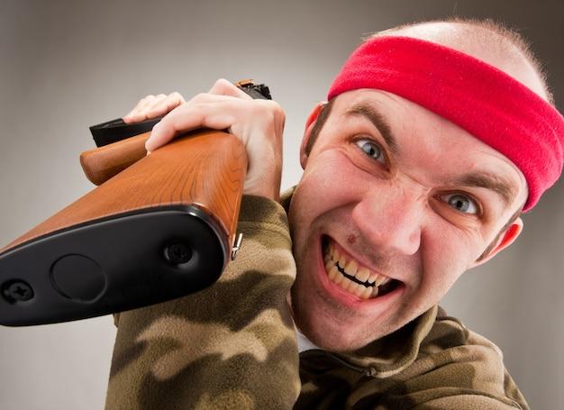 Verrückter soldat mit maschinengewehr