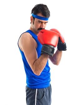 Verrückter sportler mit boxhandschuhen