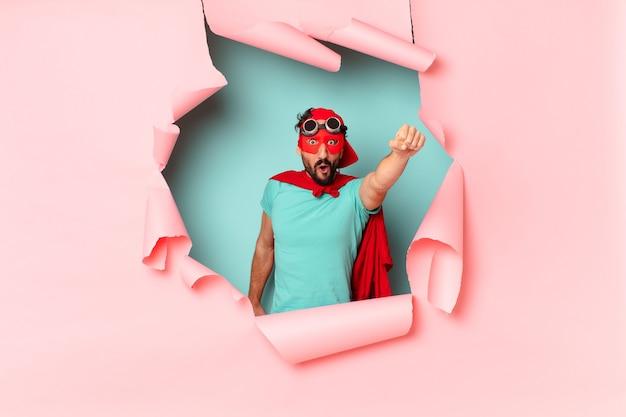 Verrückter superhelden-mann. einen triumph feiern wie ein sieger