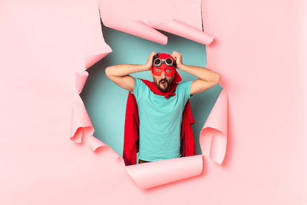 Verrückter superhelden-mann hat angst vor einem ängstlichen ausdruck