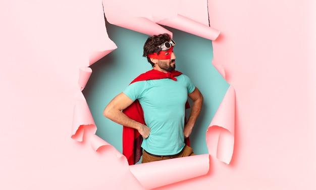 Verrückter superhelden-mann stolzer ausdruck