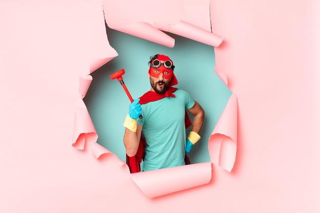 Verrückter superheldenmann glücklicher und überraschter ausdruck hauswirtschaftskonzept