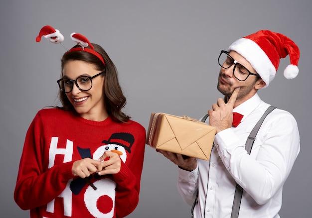 Verrücktes paar mit weihnachtsgeschenk