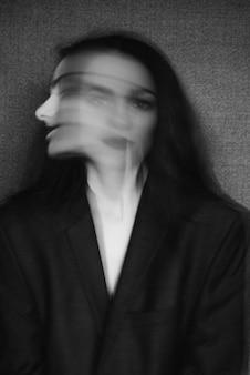 Verrücktes porträt des mädchens mit geistesstörungen und aufgeteilter persönlichkeit