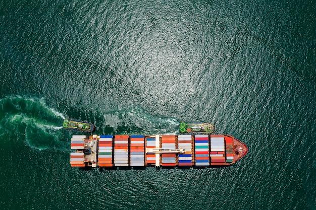Versand frachtcontainer transport auf der grünen see luftaufnahme