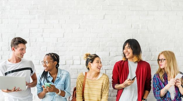 Verschiedenartigkeits-freunde, die digital-geräte-konzept verwenden