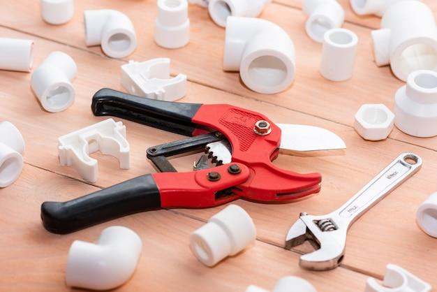 Verschiedene adapter, ecken, kunststoffhähne zur wasserversorgung und reparatur von polypropylenrohren.