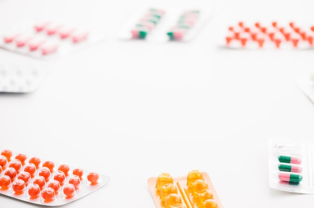 Verschiedene art von bunten pillen lokalisiert auf weißem hintergrund mit platz für das schreiben des textes