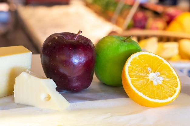 Verschiedene arten des käses mit frischen früchten auf tabelle