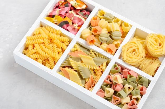 Verschiedene arten und formen der rohen italienischen pasta. selektiver fokus