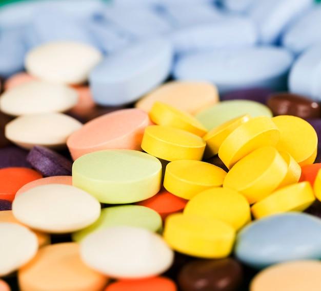 Verschiedene arten und verschiedene farben von tabletten zur behandlung von krankheiten von menschen unterschiedlichen alters, feste tabletten
