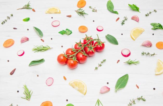 Verschiedene arten von aromatischen kräuterblättern und geschnittenem gemüse