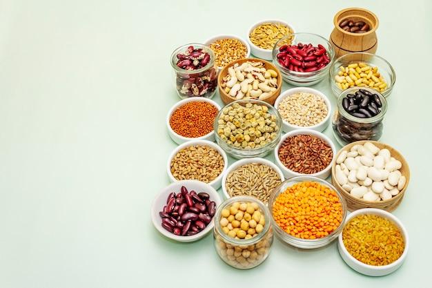 Verschiedene arten von bohnen und getreidekörnern
