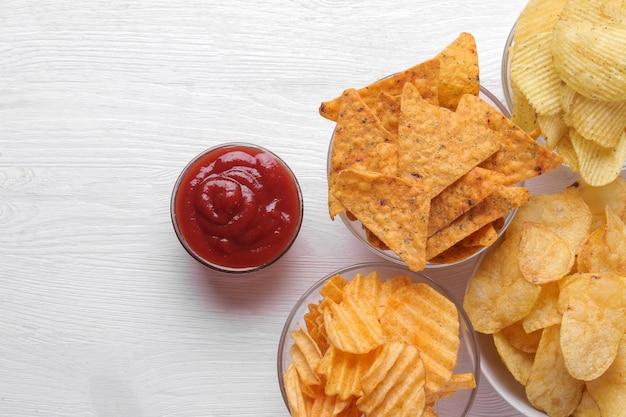 Verschiedene arten von chips in schalen