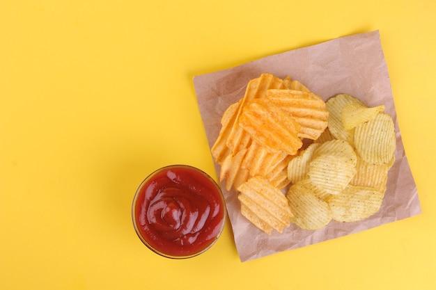 Verschiedene arten von chips mit einer roten sauce