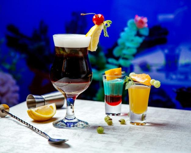 Verschiedene arten von cocktails auf dem tisch