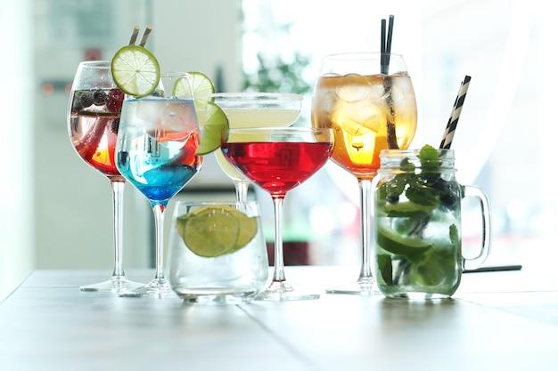 Verschiedene arten von cocktails