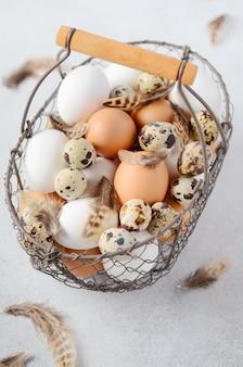 Verschiedene arten von eiern in einem korb.