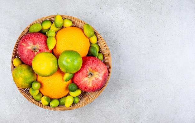 Verschiedene arten von früchten in der korb-draufsicht von frischen früchten