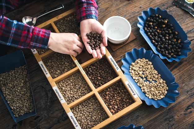 Verschiedene arten von gerösteten kaffeebohnen