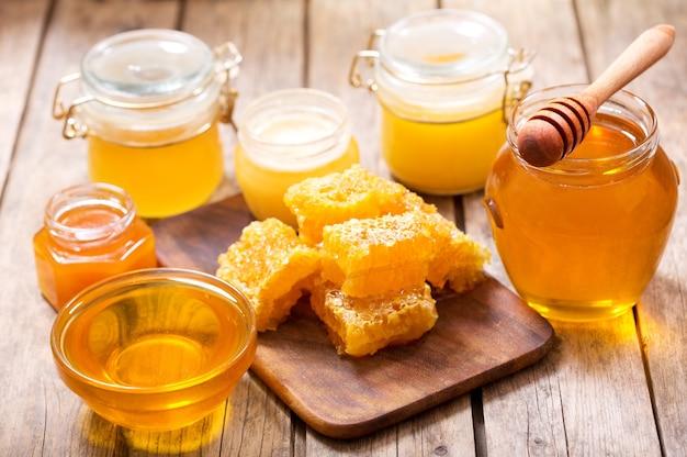 Verschiedene arten von honig in gläsern auf einem holztisch