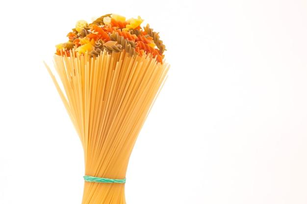 Verschiedene arten von italienischer pasta auf weißem hintergrund. mehlprodukte und lebensmittel beim kochen