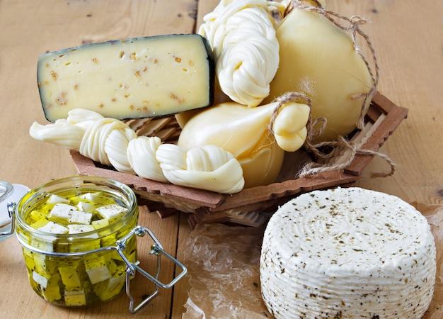 Verschiedene arten von käse auf einem hölzernen hintergrund.