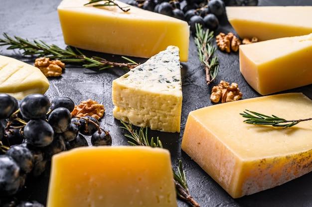 Verschiedene arten von leckerem käse mit walnüssen und trauben. draufsicht
