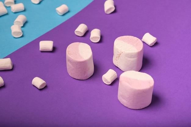 Verschiedene arten von marshmallows mit verschiedenen geschmacksrichtungen auf einem hellen hintergrund