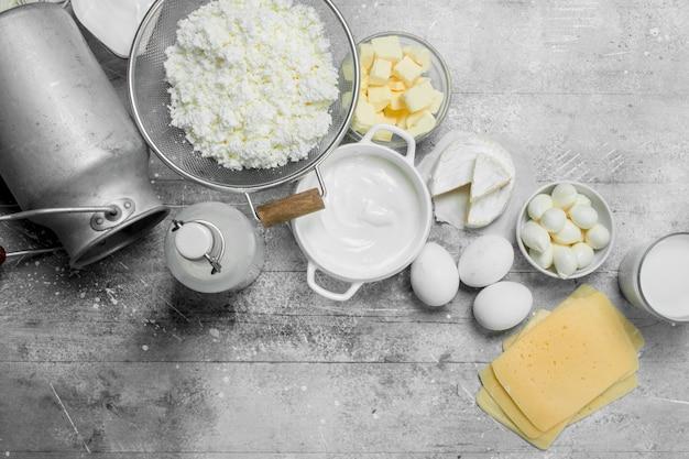 Verschiedene arten von milchprodukten. auf einem rustikalen tisch.