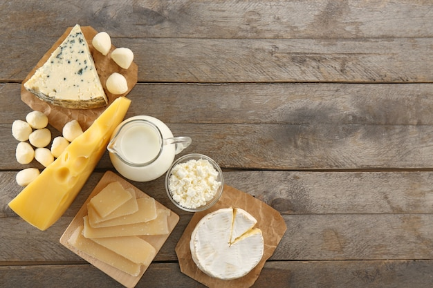Verschiedene arten von milchprodukten auf holztisch