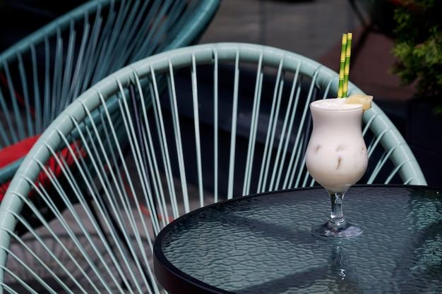 Verschiedene arten von mojito-cocktails auf café-hintergrund.