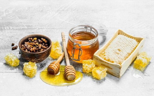 Verschiedene arten von natürlichem honig. auf einem rustikalen.