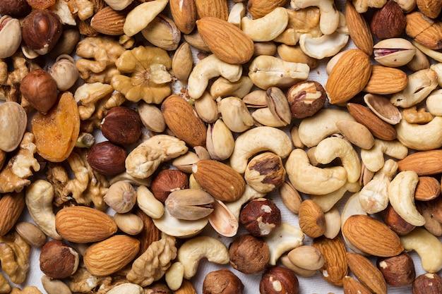 Verschiedene arten von nüssen mandel, walnuss, haselnuss, cashew, paranuss