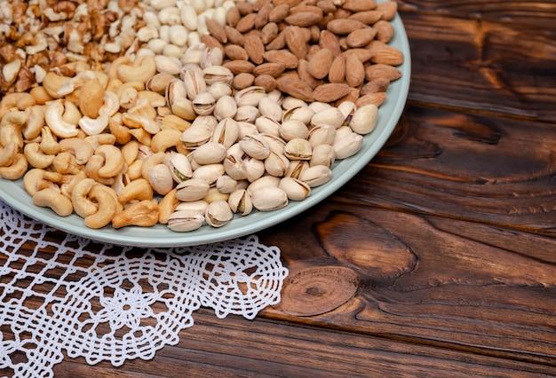 Verschiedene arten von nüssen. walnüsse mandeln pistazien cashewnüsse erdnüsse