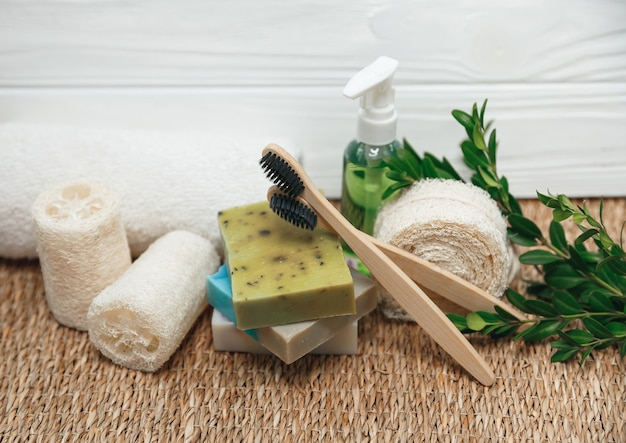 Verschiedene arten von null abfall - schwämme, zahnbürste und handgemachte bio-seife. öko-naturprodukte für hygiene und bad.