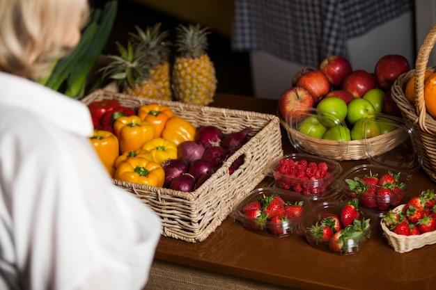 Verschiedene arten von obst und gemüse an der theke