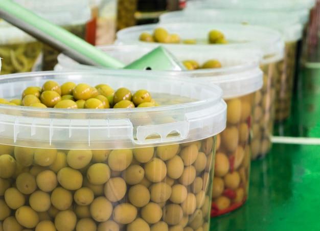 Verschiedene arten von oliven an einem straßenmarkt