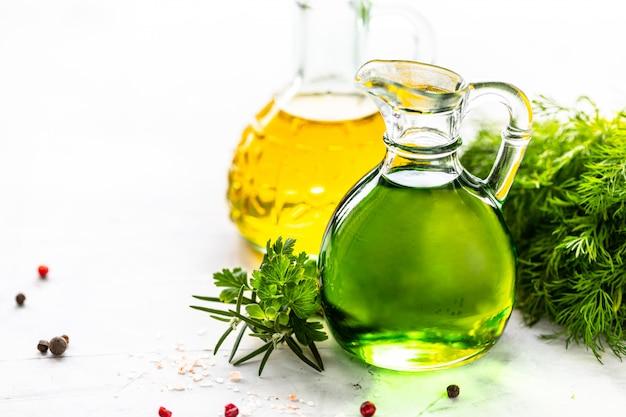 Verschiedene arten von pflanzenöl in glasflaschen: sesam, leinsamen, traubenöl. platz für text