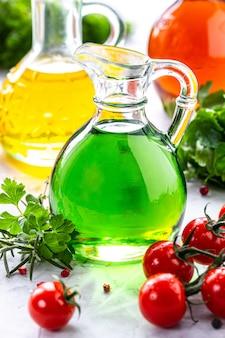 Verschiedene arten von pflanzenöl in glasflaschen: sesam, leinsamen, traubenöl.