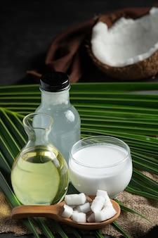 Verschiedene arten von produkten aus kokosnuss auf den boden gelegt