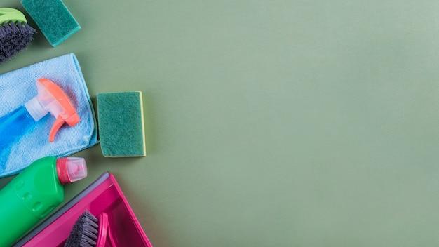 Verschiedene arten von reinigungsgeräten auf grünem hintergrund
